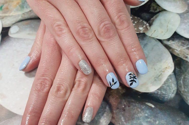 Manicure hybrydowy, żelowy lub klasyczny - piękne dłonie latem.